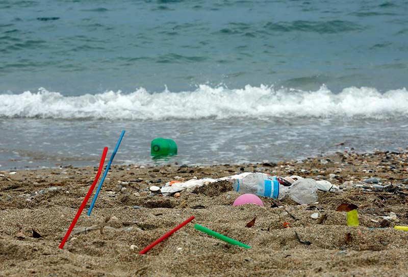 dndtravel-plastic-in-beaches